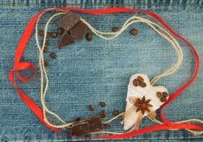 Placa, Valentim, cartão com corações vermelhos e marrons do café Fotos de Stock Royalty Free