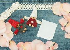 Placa, Valentim, cartão com pares no amor e pino macio Imagem de Stock