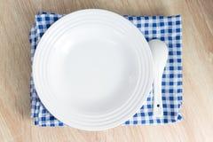 Placa vazia branca com forquilha e colher na tabela de madeira Fotos de Stock Royalty Free