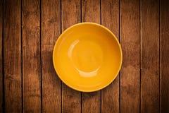 Placa vazia colorida na tabela suja do fundo Fotografia de Stock Royalty Free