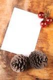 Placa vazia, dois cones e bolas da pele-árvore Fotos de Stock