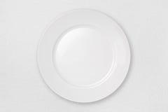 Placa vazia em um Tablecloth branco Imagens de Stock Royalty Free