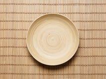 Placa vazia em uma esteira de bambu Fotos de Stock Royalty Free