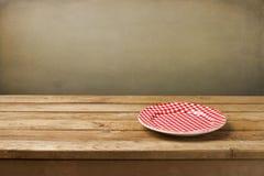 Placa vazia na tabela de madeira Foto de Stock