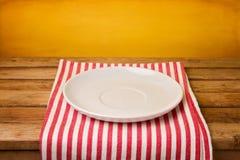 Placa vazia no tablecloth imagens de stock