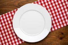 Placa vazia no tabletop de madeira com toalha de mesa Fotografia de Stock