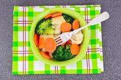 Placa vegetal: Bróculi y zanahorias Nutrición de la aptitud de la dieta imagen de archivo libre de regalías