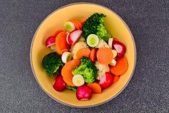 Placa vegetal: Bróculi y zanahorias Nutrición de la aptitud de la dieta foto de archivo libre de regalías