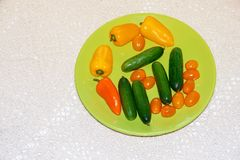 Placa verde com mistura de vegetais coloridos no tableclo feito a mão Imagens de Stock