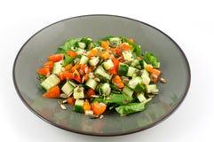 Placa verde com uma salada saudável isolada no fundo branco imagem de stock