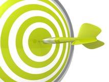 Placa verde conceptual do alvo do dardo com uma seta no centro Fotografia de Stock Royalty Free