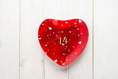 Placa vermelha com figuras uma e quatro em uma tabela de madeira branca E Imagens de Stock Royalty Free
