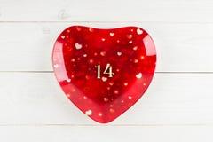Placa vermelha com figuras uma e quatro em uma tabela de madeira branca E Imagens de Stock