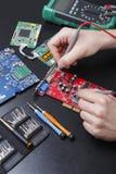 Placa vermelha do circuito eletrônico que inspeciona perto acima Fotografia de Stock