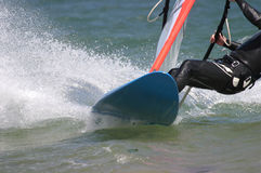 Placa Windsurfing do homem no mar Imagens de Stock Royalty Free