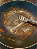 Placa y bifurcación acabadas después de comer los espaguetis del tomate fotografía de archivo libre de regalías