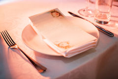Placa y cubiertos en la tabla en restaurante Imagen de archivo