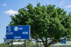 Placar do basebol na parte exterior do campo fotos de stock