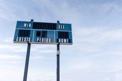 Placar no campo de futebol local com espaço da cópia Fotos de Stock