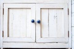 Placard en bois de vintage blanc avec les boutons bleus Photos stock