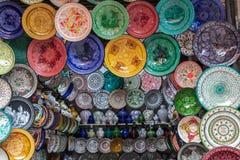 Placas adornadas handcrafted, coloridas ?rabes tradicionales tiradas en el mercado en Marrakesh, Marruecos imagen de archivo