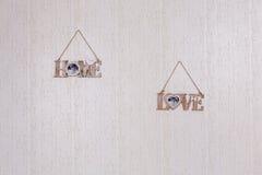 Placas agradáveis na parede de madeira Foto de Stock Royalty Free