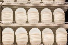Placas blancas en una tienda Foto de archivo libre de regalías