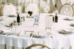Placas brancas com a cutelaria de prata Foto de Stock Royalty Free