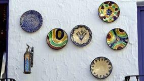 Placas coloridas que cuelgan en una pared foto de archivo