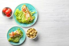 Placas com os bruschettas saborosos da galinha Fotos de Stock Royalty Free