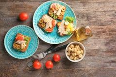 Placas com os bruschettas saborosos da galinha Fotografia de Stock Royalty Free