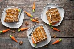 Placas com partes de bolo de cenoura delicioso Foto de Stock