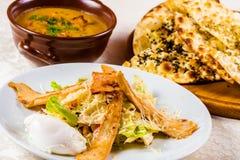 Placas com pratos do almoço Salada de Caesar, sopa com primas e flatbread Imagem de Stock