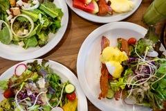 Placas com pratos suporte no a?o, nas saladas, nas sobremesas e nos frutos imagens de stock