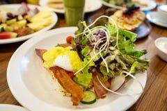 Placas com pratos suporte no a?o, nas saladas, nas sobremesas e nos frutos fotos de stock
