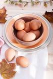 Placas con los huevos Imagenes de archivo