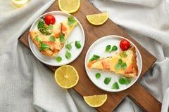 Placas con los pedazos de empanada de color salmón de la quiche Imagen de archivo libre de regalías