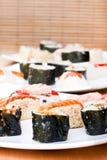 Placas con los rodillos de sushi Fotografía de archivo libre de regalías