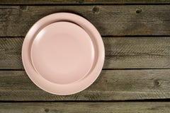 Placas cor-de-rosa vazias no fundo de madeira rústico imagens de stock royalty free