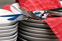 Placas, cuchillería, y servilletas - encima del cierre Fotografía de archivo libre de regalías