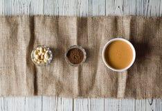 Placas da manteiga de amendoim, da alfarroba e dos amendoins em uma parte de serapilheira fotografia de stock royalty free