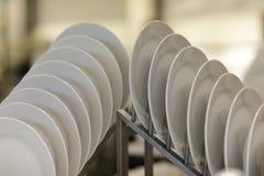 Placas da porcelana empilhadas em um armazém varejo fotografia de stock