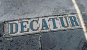 Placas de calle en calle de las aceras-Decatur del barrio francés de New Orleans Imágenes de archivo libres de regalías