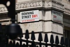 Placas de calle en Downing Street y Whitehall en Londres Imágenes de archivo libres de regalías