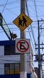 Placas de calle en México, cruz peatonal y disco del estacionamiento prohibido Fotos de archivo libres de regalías