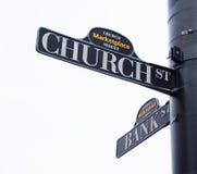 Placas de calle iglesia y banco Foto de archivo
