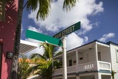 Placas de calle verdes en una calle en el camino de ciudad Rown fotos de archivo