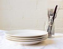 Placas de cena y cubiertos Imagenes de archivo