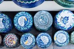 Placas de cerámica decorativas en el mercado en Granada Fotos de archivo libres de regalías