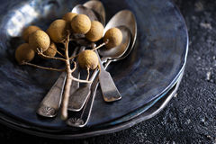 Placas de cerámica hechas a mano negras con las cucharas del vintage Imagen de archivo